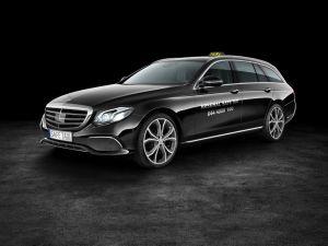 en modellbild över den nya taxin som Arsenal Safe Taxi kommer ha. Svart mercedes.