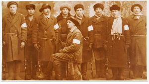 Yhdeksän valkoisten sotilasta, todennäköisesti Kuopion suojeluskuntalaisia.
