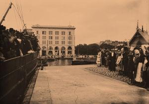 Punavankeja viedään Suomenlinnaan huhtikuu 1918.