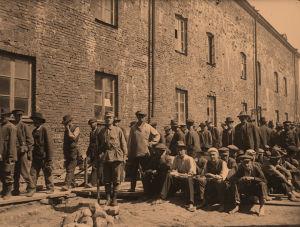 Punavankeja Suomenlinnan vankileirillä 1918.