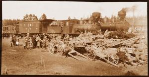 Kaksi valkoisten sotilasjunaa lähdössä Mäntyharjun asemalta 19.4.1918.19.4.1918.