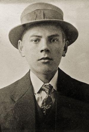 Porträtt på Vilho Lylykorpi som ung man med hatt på huvudet