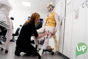Kuvassa bodypaint-taiteilija ja Lenni Morris (Joel Bonsdorff).