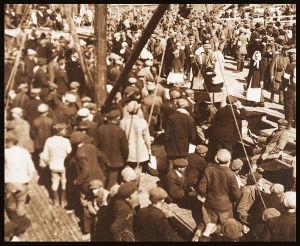 Punaisia lastataan Uuraalla vietäväksi Viipuriin 3.5.1918.