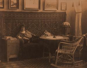 Valokuvaaja Tyyne Savia kodissaan 1923.
