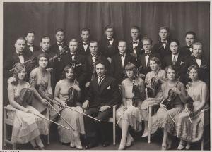 Viipurin musiikkiopiston kamariorkesteri 1920-luvulla. Edessä johtaja Boris Sirpo.