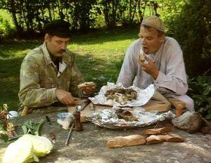 Haggis ja pylsy nautitaan leivän päällisinä.
