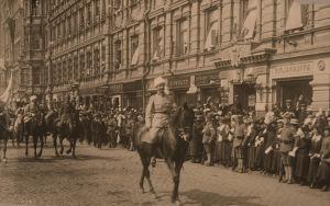 Mannerheim ratsastaa Helsingissä 16.5.1918.