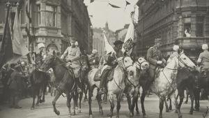 Mannerheims segerparad i Helsingfors 1918. Vänster till höger Per Wilhem Zilliacus, Matti Koski och Heikki Kekoni.