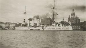 Tyska fartyget Kolberg i hamn i Helsingfors under Mannerheims segerparad i Helsingfors 1918.