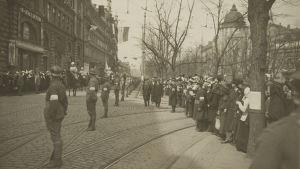 mannerheims segerparad i Helsingfors 1918 på Henriksgatan (nuvarande Mannerheimvägen).