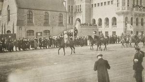 mannerheims segerparad I helsingfors 1918 utanför Nationalmuséet.