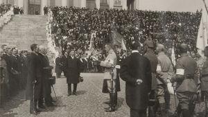 Mannerheims segerparad i Helsingfors 1918 vid Domkyrkan. Vänster till höger Mannerheim, Svinhufvud, i vänstra rden Santeri Alkio, Johanes Lundson, Lauri Ingman