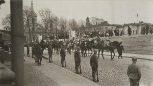 Mannerheims segerparad i Helsingfors 1918 på Unionsgatan. Mannerheim, Gösta Thslöf (vänster om), Hannes Ignatius (höger om)
