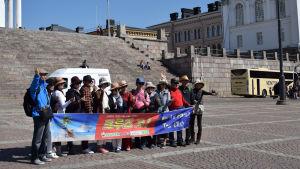 Japansk turistgrupp framför Domkyrkan.