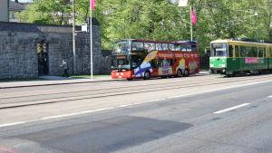 Mannerheimvägen buss och spårvagn kör
