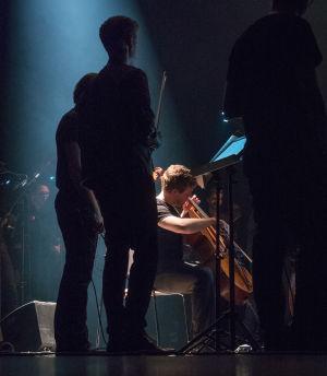 Lukas Stasevskij soittaa selloa.