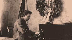 Toivo Kuula soittaa pianoa.