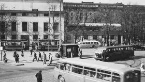 Buss- och spårvagnshållplats vid skillnaden år 1938.