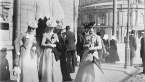 Fotgängare vid Norra Esplanaden på 1900-talet.