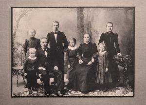 Nuori Wäinö Sola vanhempiensa ja sisarustensa kanssa.