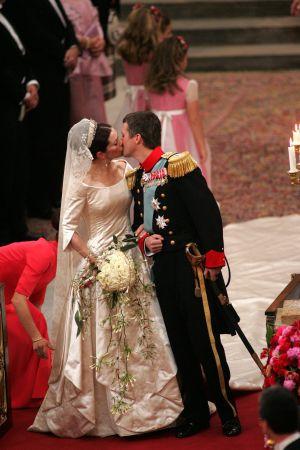 Brud och brudgum kysser varandra