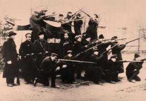 Punakaartin sotilaita ja kaartin panssariautoja Pietarin kaduilla lokakuussa 1917.