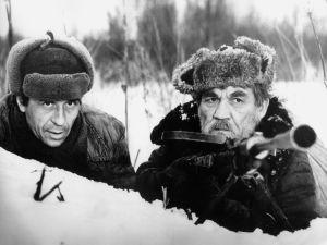 Solomin (Oleg Borisov)ja oikealla Jerofeits (Fjodor Odinokov) elokuvassa Teiden vartiointi