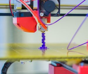 Tulostin tulostaa muovista DNA-juostetta