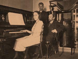 Otto Wille Kuusinen ja lapsensa Hertta ja Esa Moskovassa.