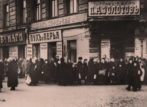 Elintarvikepulasta johtuva pitkä jono elintarvikeliikkeen ulkopuolella maaliskuussa 1917.