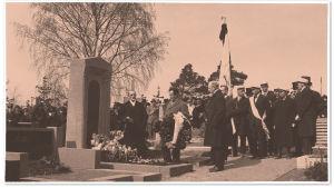 Toivo Kuulan hautapatsaan paljastustilaisuus Hietaniemen hautausmaalla 1922.