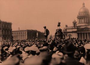 Työläisten mielenosoitus Iisakin kirkon aukiolla Pietarissa 1. maaliskuuta 1917.