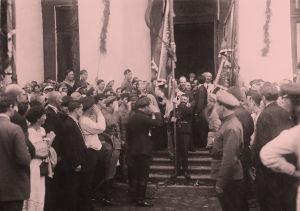 Kolmas Kommunistinen internationaali 17. heinäkuuta 1920. Kansainvälisten delegaatioiden jäseniä Taurian palatsin ovella tekemässä kunniaa lipulle.