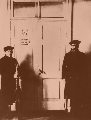 Vartiomiehet Vladimir Iljits Leninin työhuoneen oven molemmin puolin Smolnassa lokakuussa 1917.