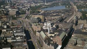 Flygfoto på Mannerheimvägen, från Skillnadens håll mot Riksdagshuset, från 1972.