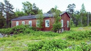Förfallet soldathem på Rysskär