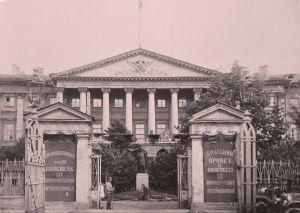Koristeltu Smolnan portti ja julkisivu Kolmannen kommunistisen internationaalin Kominternin kongressin aikana heinäkuussa 1920.