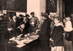 Ihmisiä toimistossa vaihtamassa passeja työkirjoihin Pietarissa 1920.