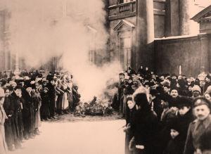 Valtion vaakunoita ja tunnuksia poltetaan Anitskvin palatsin luona Pietarissa maaliskuussa 1917.