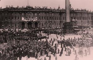 Väkijoukko Palatsiaukiolla Talvipalatsin edessä 1. toukokuuta 1917.
