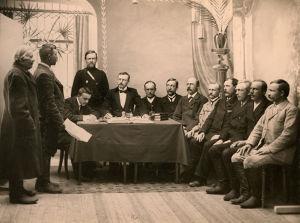 Käräjät maaseudulla viipurilaisen Pekka Zimmermannin johdolla 1910-luvulla. Kuulusteltavat miehet seisovat päällysvaatteissaan vasemmalla.