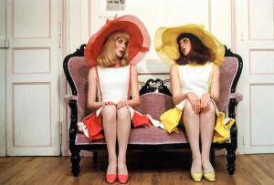 Delphine Garnier (Catherine Deneuve) ja Solange Garnier (Françoise Dorléac) elokuvassa Rochefortin tytöt