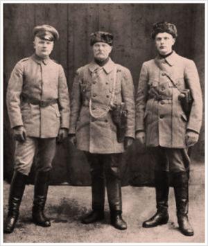 """""""Lapuan lumiaura"""" eli (vas.) poika Matti Laurila, talonpoikaispäällikkö Matti-isä Laurila ja Ilmari Laurila 1. maaliskuuta 1918."""