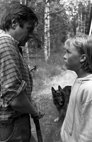 Vasemmalla Raski, jota esittää Pekka Laiho ja oikealla Tomi, jota esittää Paavo Westerberg. Taustalla susikoira Roi.