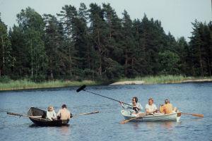 Susikoira Roi - seikkailu saaristossa. Kuvausryhmä tallentaa pääosanesittäjä Paavo Westerbergiä järvellä.