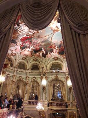 Sisäkuva Wiesbadenin oopperatalosta.