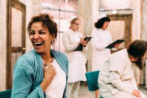 Amira Khalifa näyttelee potilas Scanionia. Meneillään on yhteisöterapia.