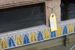 Ett gammalt bord med en lapp där det står: Bord, vid vilket Pirilö-Karl rannsakades. Don. Granroths gård Pirilö.