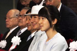 Aiko, prinsessan Toshi, i förgrunden. Bakom henne mamma och pappa.